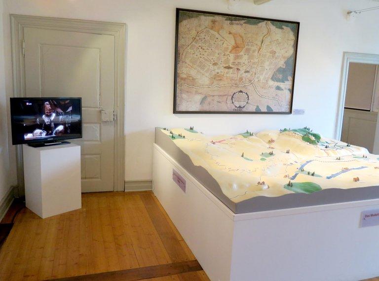 Das Modell und die Videoecke im Obergeschoss