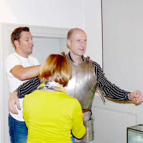 Grossansicht in neuem Fenster: Das Anprobieren eines Harbisch während einer Wallensteinführung im obergeschoss des Museums