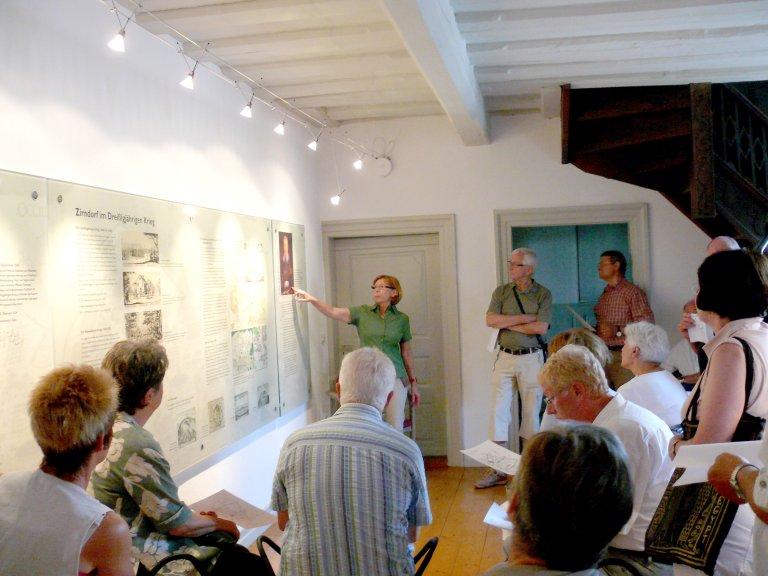 Grossansicht in neuem Fenster: Teilnehmer einer Wallensteinführung im Obergeschoss des Museums