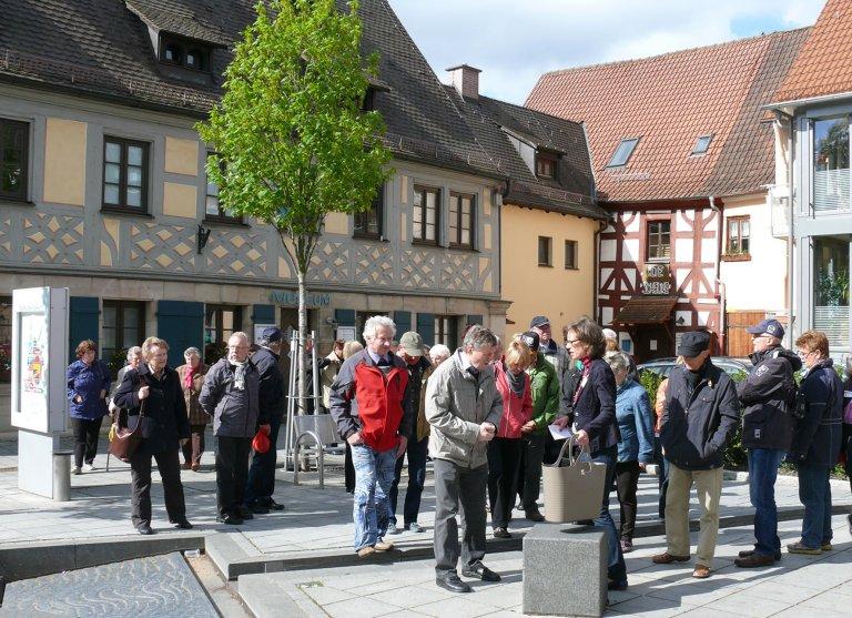 Grossansicht in neuem Fenster: Teilnehmer einer Stadtührung durch Zirndorf