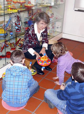 Grossansicht in neuem Fenster: Kinderführung durch die Blechspielzeugabteilung