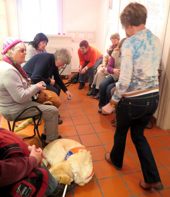 Eine Gruppe der katholischen Blinden- und Sehbehindertenseelsorge aus Fürth zu Besuch im Museum