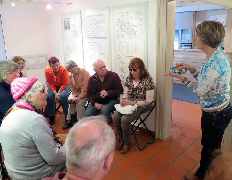 eine Gruppe der katholischen Blinden- und Sehbehindertenseelsorge aus Fürth zu Besuch im Museum II