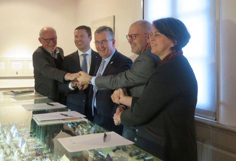 Grossansicht in neuem Fenster: Unterzeichnung der Zweckvereinbarung